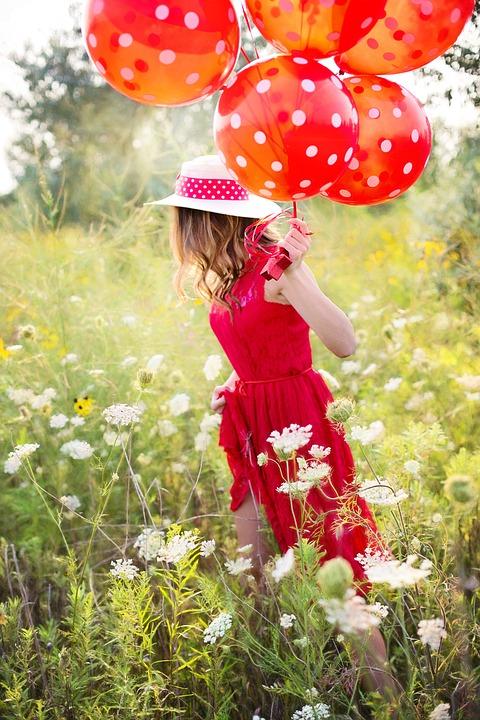 ragazza con palloncini rossi
